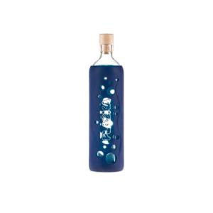 Flaska Grip Yönsininen 0,5 l - Veden strukturointiominaisuudella varusteltu lasipullo. Silikoninen suojakuori suojaa ja antaa hyvän otteen pullosta.